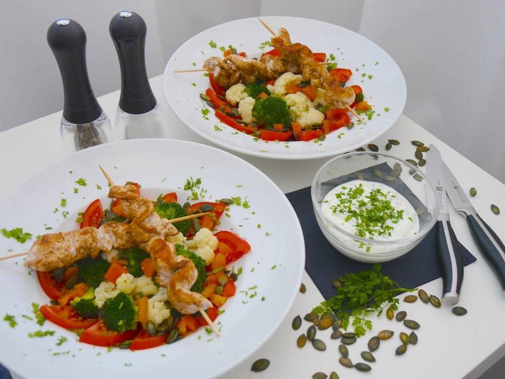 Low carb lunch: Brokkoli-Blumenkohl-Salat mit Hähnchenspießen_2 | Rezept Dr. Alexa Iwan