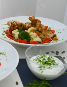 Low carb: Brokkoli-Blumenkohl-Salat mit Hähnchenspießen_8 | Rezept Dr. Alexa Iwan
