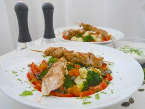 Low carb: Brokkoli-Blumenkohl-Salat mit Hähnchenspießen_7 | Rezept Dr. Alexa Iwan