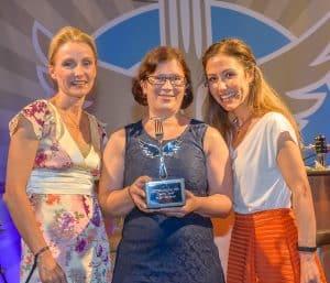 "Verleihung Food Award ""Lecker Liebling"" durch Dr. Alexa Iwan und Anastasia Zampounidis"