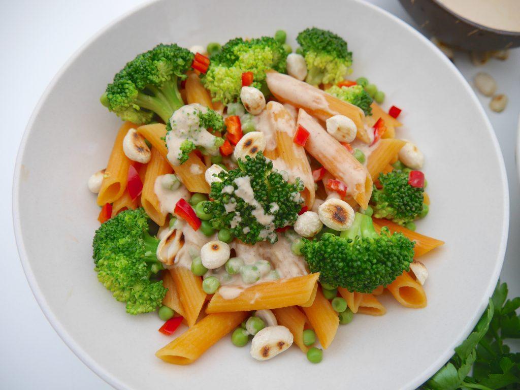 Rote Linsen Penne mit Gemüse und Erdnusssauce_1 / Rezept Dr. Alexa Iwan