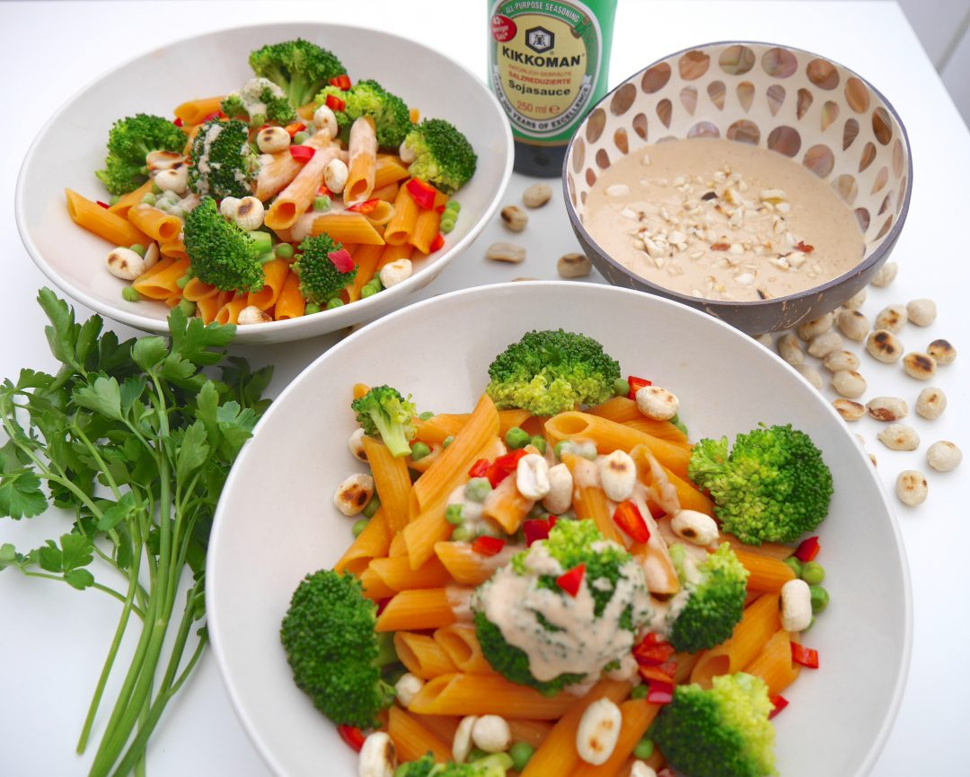 Rote Linsen Penne mit Gemüse und Erdnusssauce_2 / Rezept Dr. Alexa Iwan